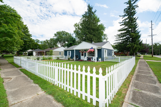 102 Buckeye St Three Oaks, MI 49128