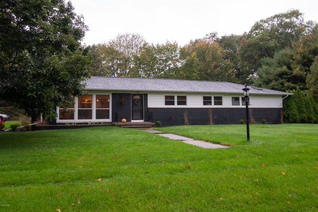 4887 Elmwood St Norton Shores, MI 49441