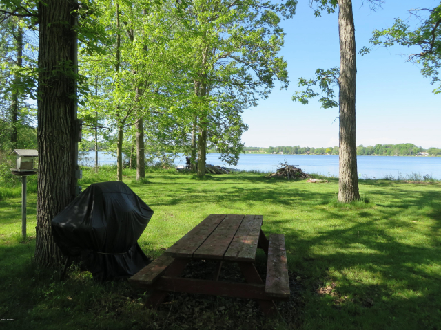 4263 Swan Lake Dr Allegan, MI 49010