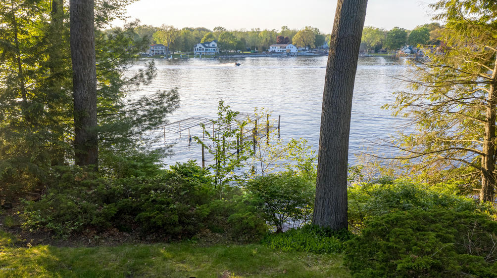 18973 N Fruitport Rd Spring Lake, MI 49456