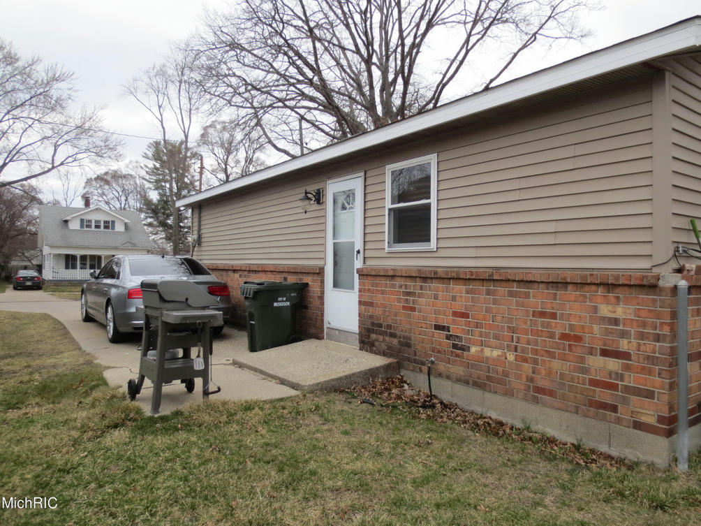 1005 W Larch Ave Muskegon, MI 49441