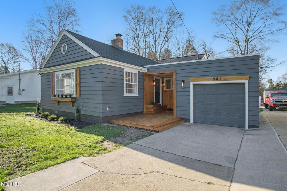 641 Randall Rd Norton Shores, MI 49441