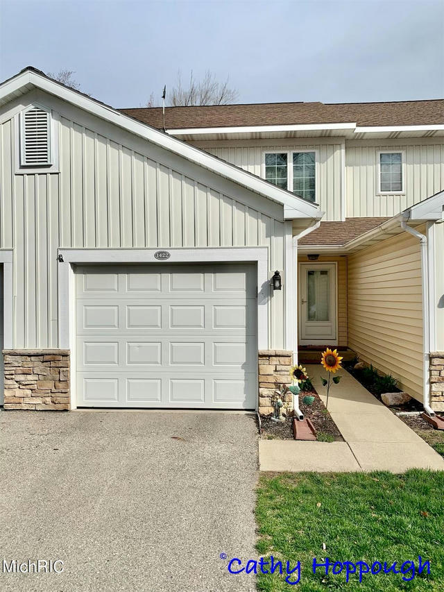 1422 Viewpoint 26 Dr Greenville, MI 48838